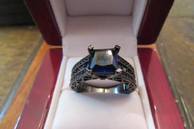 10 KT - BLUE STONE RING - SIZE 7 1/2
