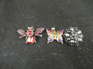 2 VINTAGE  BROOCHES  AND 1 PENDANT