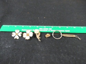 5  BROOCHES AND 1 KEYRING KNIFE