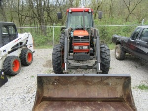 KUBOTA M-9000 TRACTOR WITH LOADER (R)