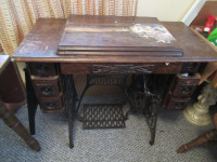 VINTAGE SEWING MACHINE WITH TABLE