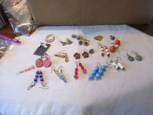 ASSORTMENT OF LADIES EARRINGS