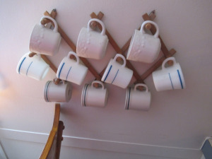 WALLHANGING WITH 10 MUGS