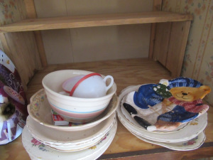 ASSORTMENT OF KITCHEN PLATES AND BOWLS