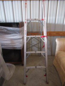 FOLDING COLLAPSIBLE ALUMINUM LADDER.