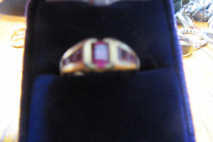 10K - GOLD RING - PINK STONES - SZ 9 - 2.9 GRAMS -