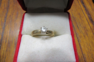 10K - GOLD RING - DIAMOND STONE - SZ 6 1/2 - TB