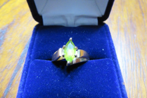 10K - GOLD RING - GREEN STONE - SZ 8 - 3.6 GRAMS -