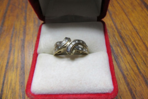 10K - GOLD RING - DIAMOND STONES - TB - SZ 6 1/2