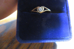 10K - GOLD RING - DIAMOND STONES - SZ 7