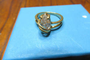 GOLD RING - CLEAR STONE - SZ 6 -