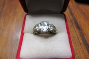 GOLD RING - DIAMOND STONES - TB - SZ 7 -