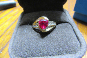 10K - GOLD RING - RED STONE - SZ 7 -